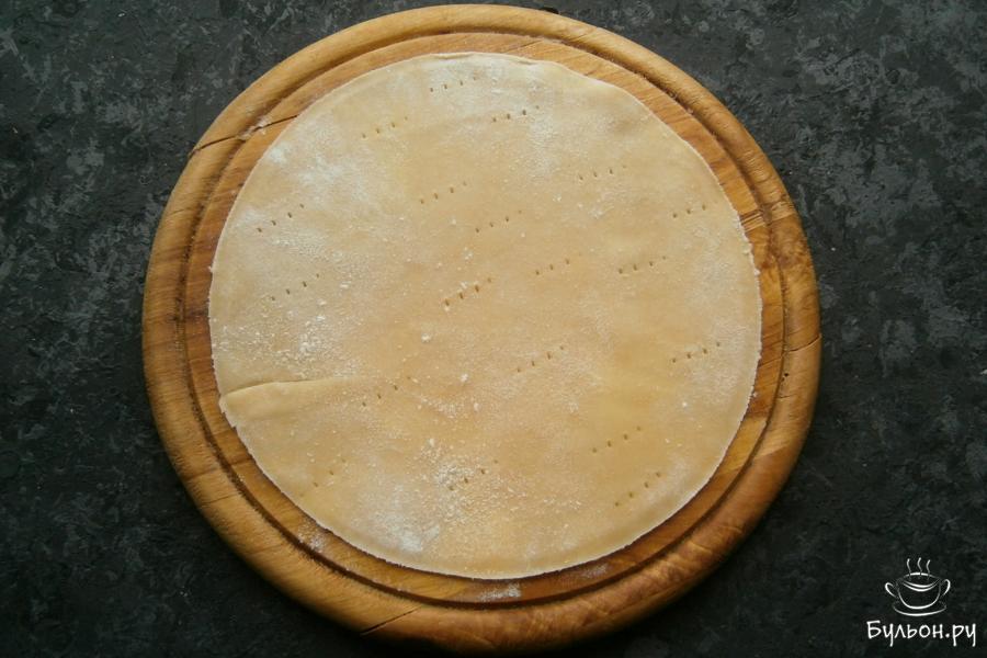 Каждый шарик теста раскатать в тоненькую лепешку по диаметру вашей сковороды, края ровно обрезать, используя крышку или тарелку. Поколоть лепешку вилкой.