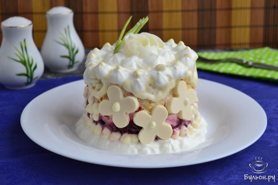Осталось салатик украсить сметаной, майонезом, розочкой из белка яйца, цветочками из плавленного сыра. Приятного аппетита.