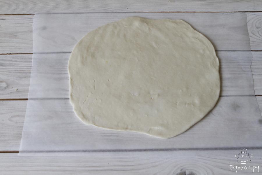 Разделить его на две части, из каждой раскатать круг диаметром 25-30 см.