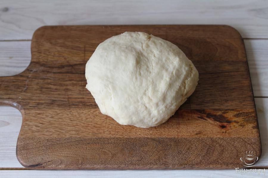 На средней скорости замесить тесто. Оно должно получится мягким и гладким, не прилипать к рукам. Дать тесту немного отдохнуть.
