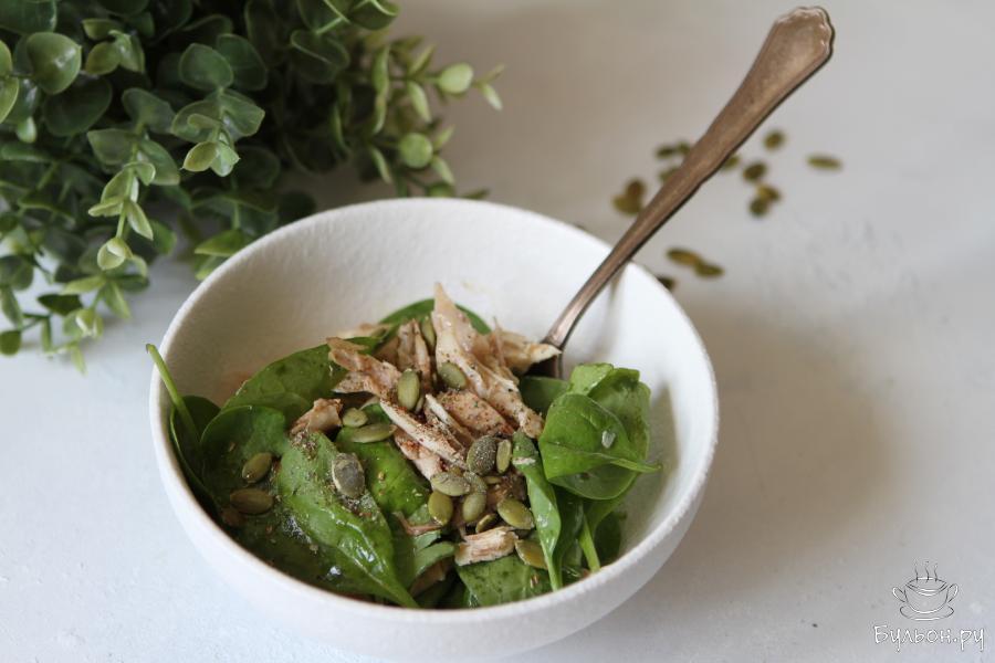 Быстрый салат из свежего шпината с курицей готов. Приятного вам аппетита.