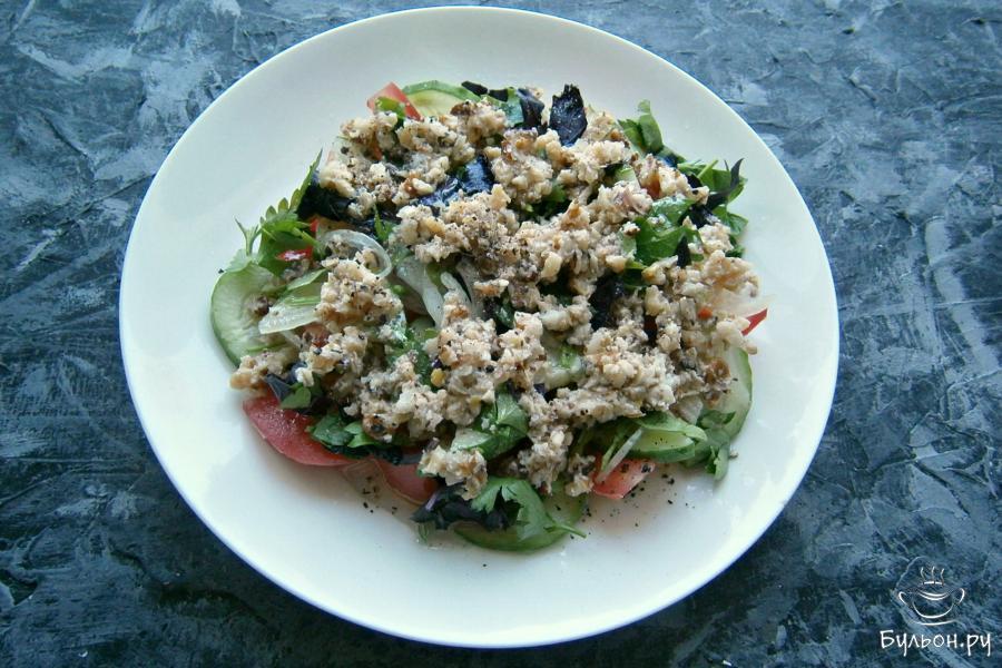 Салат посолить, полить любым растительным маслом и лимонным соком, сверху распределить ореховую заправку. Посыпать салат свежемолотым черным перцем.