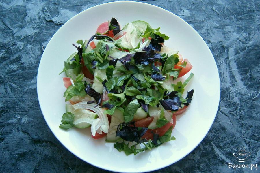 Щедро посыпать салат измельченной зеленью петрушки и базилика.