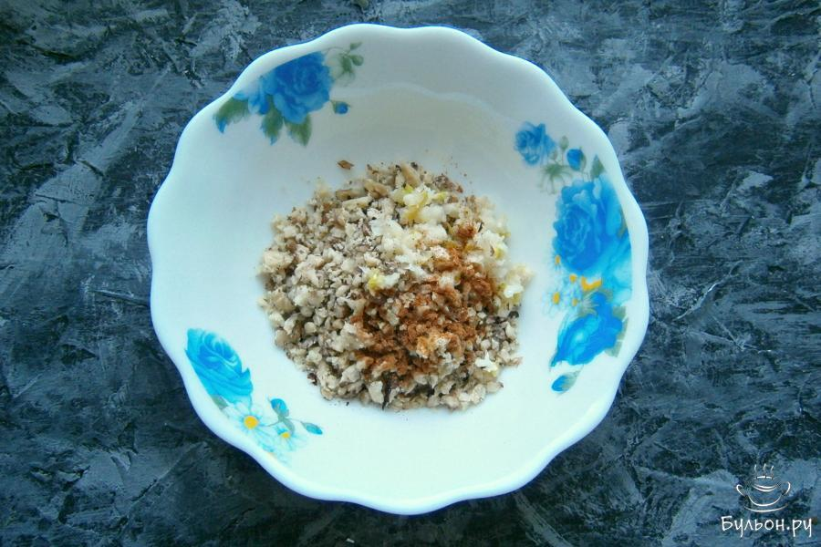Грецкие орехи порубить или измельчить любым способом, добавить чеснок мелко порезанный или пропущенный через пресс. Также, добавить молотый чили.