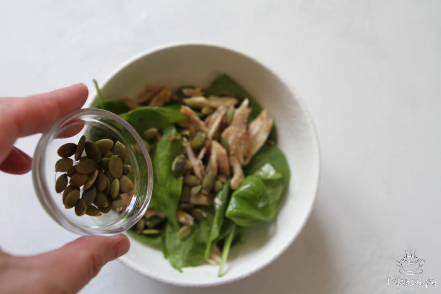Перед подачей салата присыпать его семечками тыквы, которые предварительно необходимо подсушить на сковороде или в духовке. Салат готов к подаче. Приятного Вам аппетита.