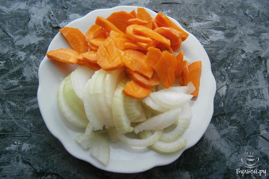 Также, полукружочками, но тоньше, порезать морковь, лук порезать полукольцами.