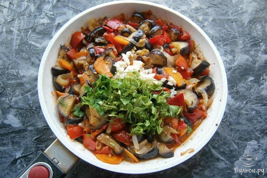 Все овощи перемешать, тушить на небольшом огне около 10 мин. В конце добавить измельченную петрушку с укропом и порезанный мелкими кусочками чеснок, хорошо все перемешать.