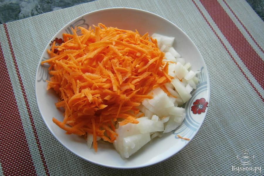 Лук репчатый порезать средними кусочками, морковку натереть на терке.
