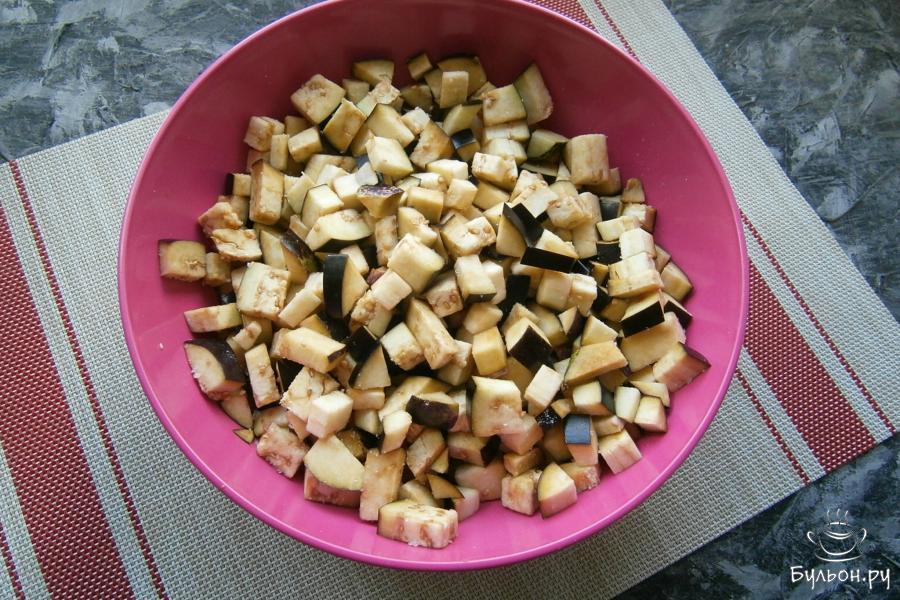 Баклажаны порезать маленькими кубиками, посолить крупной каменной солью и оставить минут на 15.