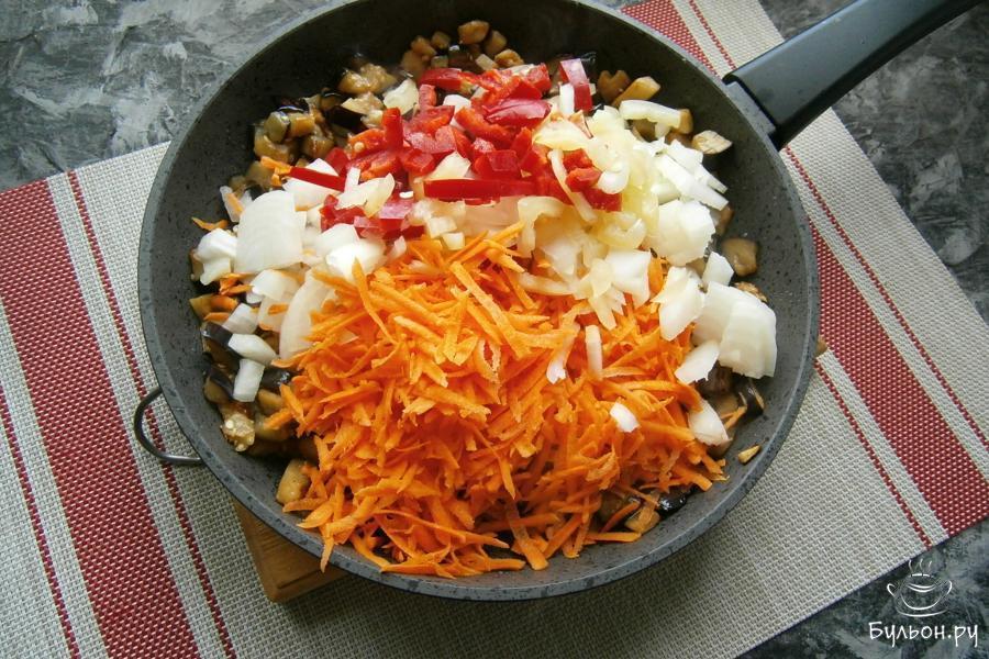 Затем, добавить в сковороду порезанный соломкой болгарский перец, лук, а также, тертую морковку.