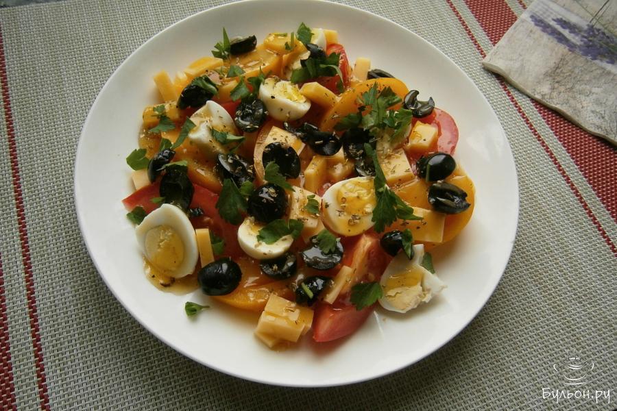 Салат полить приготовленной заправкой, посыпать французскими (можно-итальянскими или греческими) травами и измельченной петрушкой (можно заменить - базиликом).