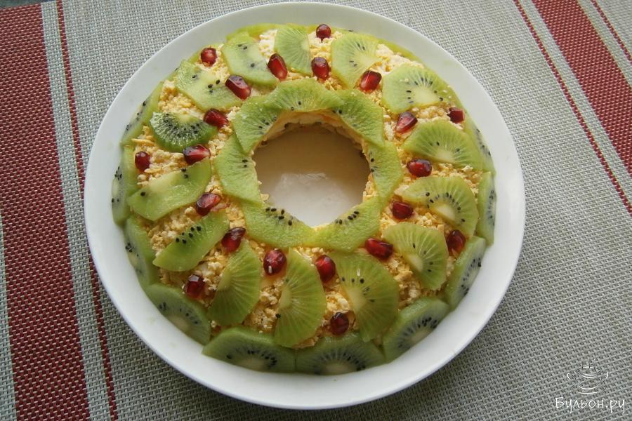 Аккуратно вынуть стакан или рюмку. Осталось салат только украсить полукружочками оставшегося киви и зернами граната. Салат оставить в прохладном месте для пропитки минут на 20-30. Приятного аппетита.