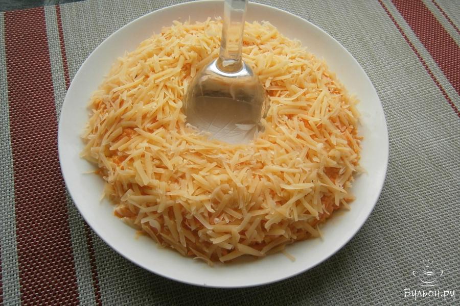 Затем, посыпать весь салат тертым сыром.