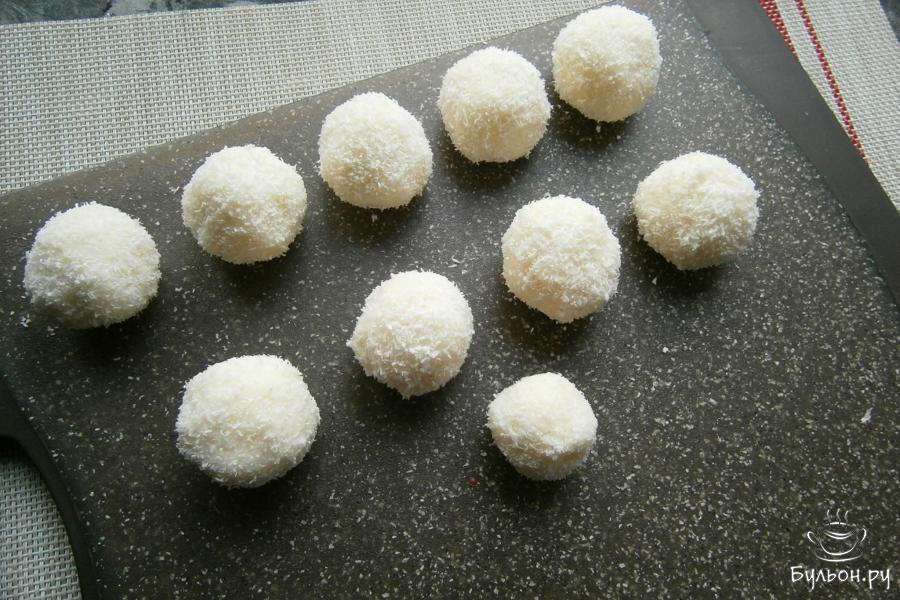 Выложить кокосовые шарики-рафаэлки на досочку и отправить в холодильник минимум на 1 час.
