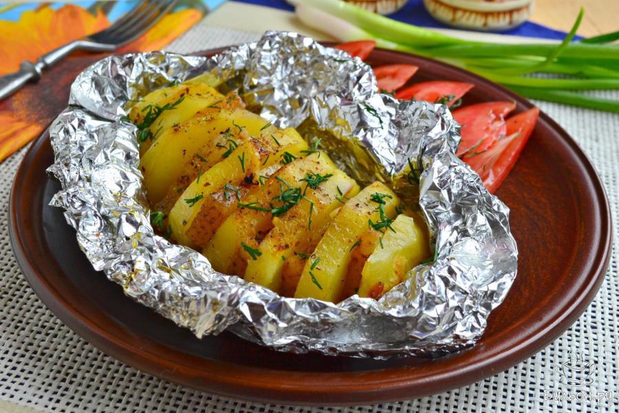 Рыба получается сочной и ароматной, а картошка станет отличным гарниром к рыбке.