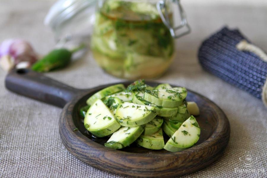 Такой вариант маринованных кабачков готов к употреблению сразу в качестве пряного салата к горячим блюдам.