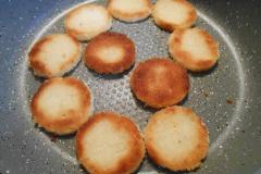 Как приготовить: чесночные гренки со шпротами. Перевернуть и жарить до золотистого цвета с другой стороны.