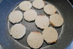Как приготовить: чесночные гренки со шпротами. На сковороде с растительным маслом обжарить кружочки батона с одной стороны до румяности.