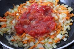 Как приготовить: щи сельские с перловкой. Лук порезать кубиками, морковь соломкой. Обжарить овощи на растительном масле. Добавить томаты в собственном соку или пару столовых ложек томатной пасты.