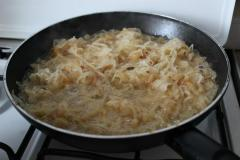 Как приготовить: щи сельские с перловкой. На сковороду выложить квашеную капусту. Из кастрюли добавить пару половников бульона. Тушить капусту до желаемой степени мягкости.