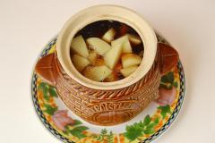 Как приготовить: мясо с картошкой и сушеными грибами в горшочке. Далее очередь картошки. Картошку нарезать кусочками и разложить по горшочкам - примерно по 2 картофелины на один горшочек. В каждый горшочек добавить грибной бульон, соль и перец по вкусу. Закрыть крышками и поставить в духовку. Время готовки - примерно 1.20.