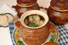 Как приготовить: мясо с картошкой и сушеными грибами в горшочке. Употреблять горшочки в горячем виде, сразу после извлечения из духовки. В конце добавить немного зелени.