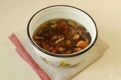 Как приготовить: мясо с картошкой и сушеными грибами в горшочке. Грибы сушеные замочить часа на два в холодной воде. После этого грибы хорошо промыть, несколько раз меняя воду. Поставить вариться в одном литре воды, подсолив.