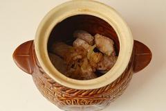 Как приготовить: мясо с картошкой и сушеными грибами в горшочке. На дно горшочка выложить мясо и лук.
