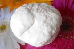 Как приготовить: украинские пампушки с чесноком. Замесить тесто, пока не перестанет липнуть к рукам.