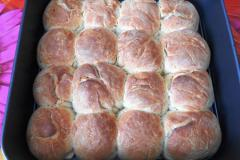 Как приготовить: украинские пампушки с чесноком. Достать готовые пампушки из духовки.