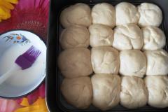 Как приготовить: украинские пампушки с чесноком. Смазать выросшие пампушки молоком.