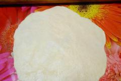 Как приготовить: индийские лепешки наан с чесноком. Каждый шарик теста раскатать в плоскую лепешку.