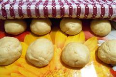 Как приготовить: индийские лепешки наан с чесноком. Равномерно разделить подошедшее тесто на 8 частей, накрыть полотенцем и дать подойти в течении десяти минут.