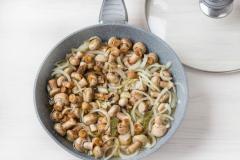Как приготовить: маринованные шампиньоны быстрого приготовления. Влейте маринад. Прикройте сковороду крышкой и потомите грибы на небольшом огне еще 10 минут.