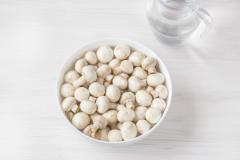 Как приготовить: маринованные шампиньоны быстрого приготовления. Вымойте шампиньоны и тщательно обсушите. Для приготовления закуски лучше всего подойдут шампиньоны небольшого размера, более крупные грибы разрежьте на 2 или 4 части.