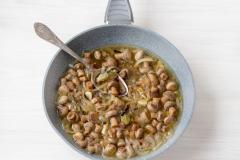 Как приготовить: маринованные шампиньоны быстрого приготовления. В процессе несколько раз перемешайте грибы, для того чтобы они лучше пропитались маринадом.