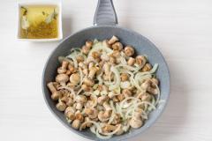 Как приготовить: маринованные шампиньоны быстрого приготовления. Добавьте к шампиньонам нарезанный чеснок и репчатый лук.