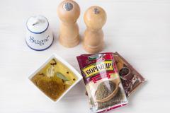 Как приготовить: маринованные шампиньоны быстрого приготовления. Соедините компоненты маринада: соль, уксус, растительное масло и сахар. Добавьте душистый перец, черный перец горошком, лавровый лист, гвоздику и молотый кориандр. Тщательно все перемешайте.