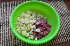 Как приготовить: татарские пирожки вак бэлиш. Очищенный картофель порезать маленькими кубиками, добавить также, нарезанную говядину.