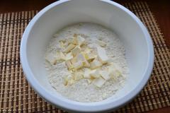 Как приготовить: татарские пирожки вак бэлиш. К муке добавить 75 г порезанного кусочками холодного масла сливочного или хорошего качества маргарина.