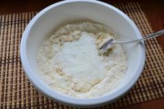 Как приготовить: татарские пирожки вак бэлиш. Всыпать 1/2 ч. Ложки соли и перетереть все в мелкую крошку. Влить кефир с содой.