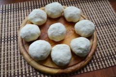 Как приготовить: татарские пирожки вак бэлиш. Тесто разделить на 9 частей, каждую - скатать в шарики.