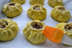 Как приготовить: татарские пирожки вак бэлиш. Яйцо хорошенько взбить и смазать им все вак бэлиш. Поместить противень в нагретую до 180 гр духовку на 35 мин.