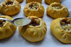 Как приготовить: татарские пирожки вак бэлиш. Вак бэлиш достать из духовки и в каждый пирожок влить по 2-3 ч. Ложки бульона. Поместить пирожки в духовку еще на 15 минут.