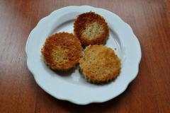 Как приготовить: гренки со свекольным муссом и сельдью. Одну сторону хлеба обжарить на растительном масле до румяного цвета, выложить гренки на тарелку, дать им остыть.