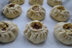 Как приготовить: татарские пирожки вак бэлиш. Сформировать таким же образом все вак бэлиш, разместить их на противне, застеленном пергаментом.