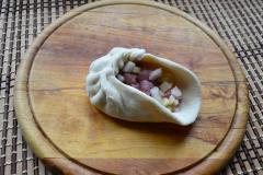 Как приготовить: татарские пирожки вак бэлиш. Сформировать пирожок, защипывая края лепешки складочками.