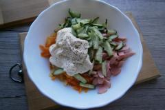 """Как приготовить: салат """"обжорка"""" с колбасой. Салат по вкусу посолить и чуточку поперчить."""