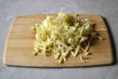 Как приготовить: смузи из кефира, банана и яблока. Яблоко натрите на крупной терке.