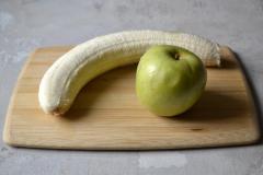 Как приготовить: смузи из кефира, банана и яблока. Вымойте фрукты. Банан очистите от шкурки.